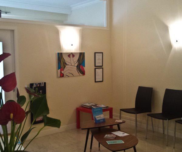 Une salle d'attente agréable et lumineuse